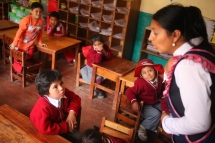 La profesora engages her students in a language game. (Photo: J.Lambert)